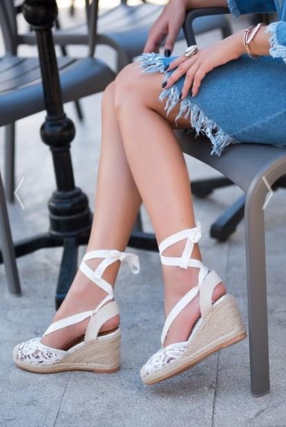 Kombinlerimizin en önemli parçaları ise tabi ki ayakkabılar. Bazılarımızın tercihi düz tabanlardan yanayken bazılarımız cuma şıklığına yakışır şekilde topuklu modelleri tercih edebiliyor.