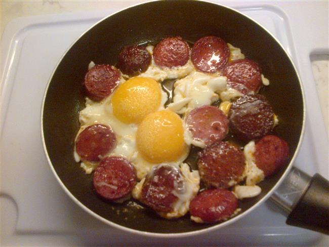 Sucuklu yumurta:Pazar kahvaltısında sucuklu yumurtaya karşı koyamadınız ve 150 gramlık 1 porsiyon kızarmış sucuklu yumurta yediniz. Tam 363 kalori almış oluyorsunuz. Bu kalori için 1,5- 2 saat arası yüzmeniz gerekiyor.