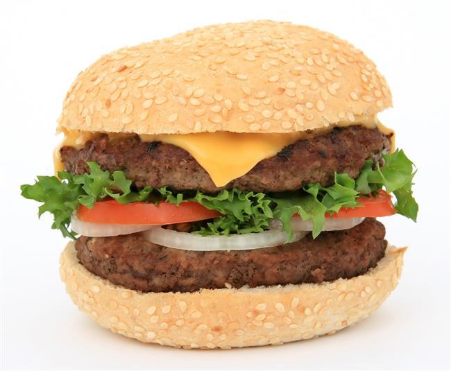 Hamburger: İçindeki malzemelerin değişmesiyle ortalama 110 gramlık bir adet hamburger 240 kalori ediyor. Alınan kalorileri yakabilmek için tempolu bir şekilde 2 saat yürümek gerekiyor.