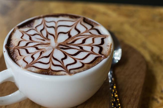 Sütlü kahve:1 fincan normal yağlı süt ile şekerli sütlü kahve içtiğinizde 150-160 kalori almış oluyorsunuz. Onu yakabilmek için 45 dakika tempolu yürümelisiniz. Yoksa her gün tükettiğiniz bir fincan kahve, size kilo olarak geri dönecektir.