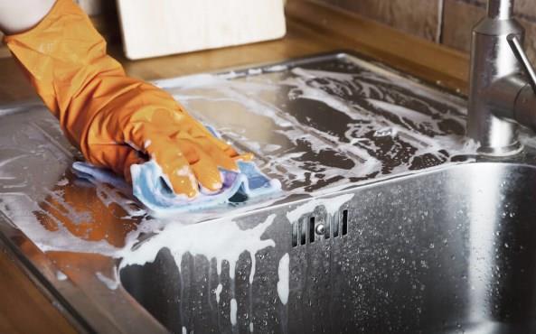 Mutfak Bezi ve Mutfak Havlusu  mutfak bezleri ya da havluları evde en kirli eşyalardan biri. Her ne kadar kullandıktan sonra suyun altında temizlendiğini düşünseniz de aslında tam bir mikrop yuvası. Mutfak havlularında ise çoğu kişi aynı havluyu dezenfekte etmeden birkaç gün kullanır. Ancak bu, havluda bir çok bakteri olabilir. Eğer mutfakta bir havlu kullanıyorsanız, her günün sonunda havlunuzu değiştirin ve kullanılmış olanı deterjan ile mümkün olan en sıcak suyla yıkamayı unutmayın.