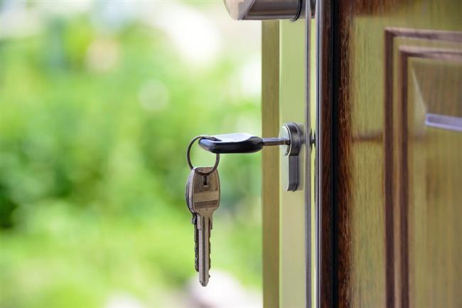Anahtarlar  Anahtarların asansör düğmelerinden daha pis olduğunu biliyor muydunuz?  Halbuki bir düşündüğünüzde; anahtarları her yere koyuyor sonra elimizde taşıyor. Bunun sonucunda da evimize mikrop yuvası olan bir eşyayı sokmuş oluyoruz.Tek yapmanız gereken antiseptik özelliği olan bir mendille her aklınıza geldiğinde anahtarlarınızı silmek.