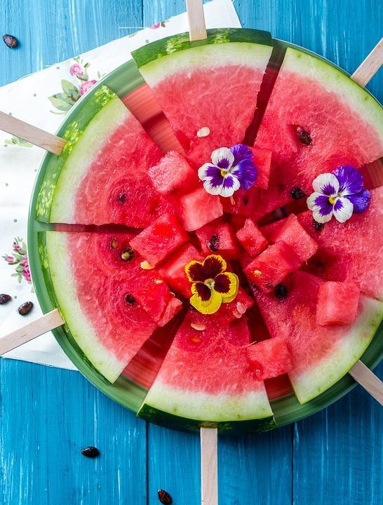 Enerji verici karpuz çekirdeklerini salatada, müslide ve buzlu meyveli içeceklerde kullanabilirsiniz. Öte yandan yine çekirdekleri kızartarak çerez gibi tüketebilirsiniz.