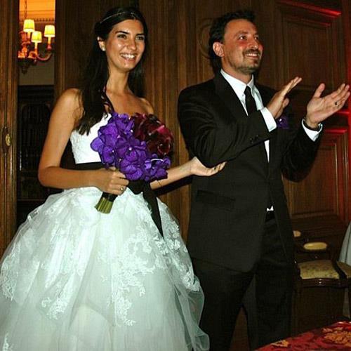 Tuba Büyüküstün ve Onur Saylak  2007 yılında Asi dizi setinde tanışan çift 2011 yılında evlendi.