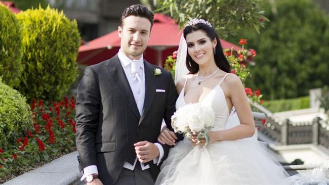Hatice Şendil ve Burak Sağyaşar  Karadağlar dizisinde tanışan çift 2015 yılında evlendi.