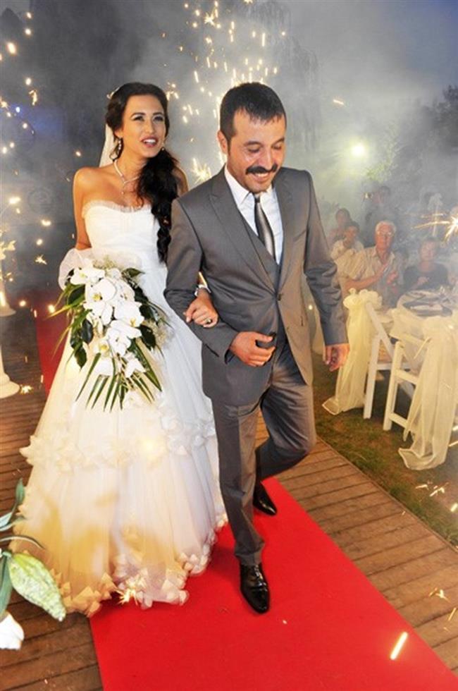 Ecem Özkaya ve Mustafa Üstündağ  2010 yılında Cümbür Cemaat Aile dizisinin setinde tanışan ikili aynı yıl içinde nikah masasına oturdu.  Kaynak: Google Yeniden Kullanım
