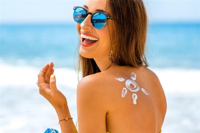 Cilt yaşlanması, lekeler ve cilt kanseri gibi pek çok hastalık maalesef yazın yapılan hatalardan kaynaklanabiliyor. Deniz, havuz, kum, güneş derken cildinizin dengesi bozulabiliyor. Güneşin zararlı ultraviyole ışınlarından korunarak güneşten doğru bir şekilde yararlanmak önemli. Peki ama güneşten korunurken hangi hataları yapıyoruz?  Kaynak: Pinterest, Pexels