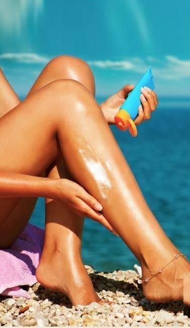 Güneş kremini plajda sürmeyin  Güneşten korunmak isterken en sık yapılan hatalardan biri; güneş kreminin plajda sürülmesi. Çünkü kremin cilt tarafından emilip koruyucu özelliğinin başlamasına kadar ortalama 30 dakikaya ihtiyaç duyuluyor. Bu nedenle en ideali kremi dışarı çıkmadan 20-30 dakika önce, mümkünse ayna karşısında ve giyinmeden önce sürmeniz. Koruyucu kremi yeterli miktarda sürmeye de özen gösterin. Sprey tarzındaki ürünleri uygulama sırasında solumayın, yüz ve vücut için krem veya losyon formunu tercih edin.