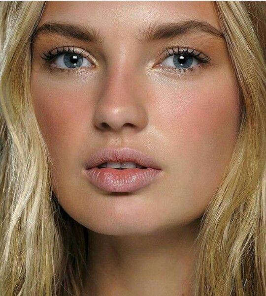 Allık, yüz hatlarının daha belirgin olmasını sağladığı gibi, doğru bir şekilde uygulandığı zaman yüzünüzde doğal bir görünüm yaratabilir.
