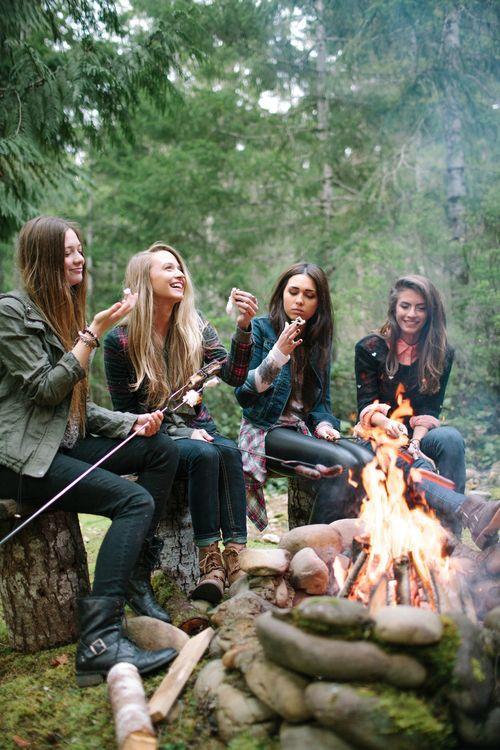 İKİZLER  İnsanlarla iletişiminizin iyi olmasına rağmen gerçek arkadaş olarak gördüğünüz kişiler bir elin beş parmağınız geçmiyor. Herkesle gezip eğlenmeyi seviyor ama gerçek dostlarınızın yerini de ayrı tutuyorsunuz.