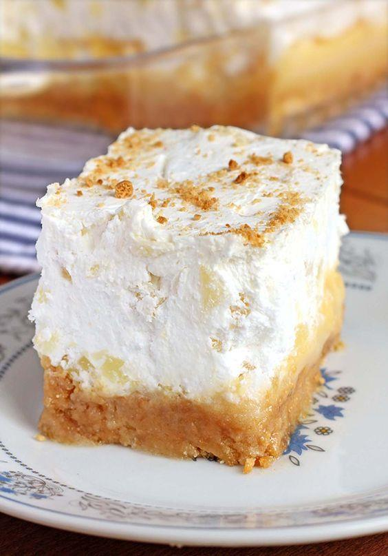 Hazırlanışı  Geniş bir kaba ananası, ekşi kremayı ve vanilyalı puding karışımını koyup karıştırın. Hazır kek kalıbının üzerine dökün ve eşit olarak yayın. Soğukta bekletin. Üzerini krem şantiyle süsleyip servis edin.  Püf Noktası  Krem şantiyi dolapta beklettikten sonra kekin üstüne sürmeyi unutmayın.  Kaynak: Mynet