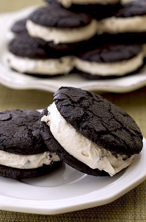 Hazırlanışı  Kurabiyelerin yarısını çikolatalı kısımları yukarı gelecek şekilde pişirme kabına koyun ve kurabiyelerin üzerlerine birer adet marshmallow yerleştirin. Kurabiyelerin geri kalanını marshmallow'lu kurabiyelerin üzerine kapatın. Fırına atıp 300 derecede 5-7 dakika pişirin. Marsmallow'lar erimeye ve yumuşamaya başladı mı hazır demektir.   Püf Noktası  Kurabiyenizin çikolata kaplamalı olması önemli!