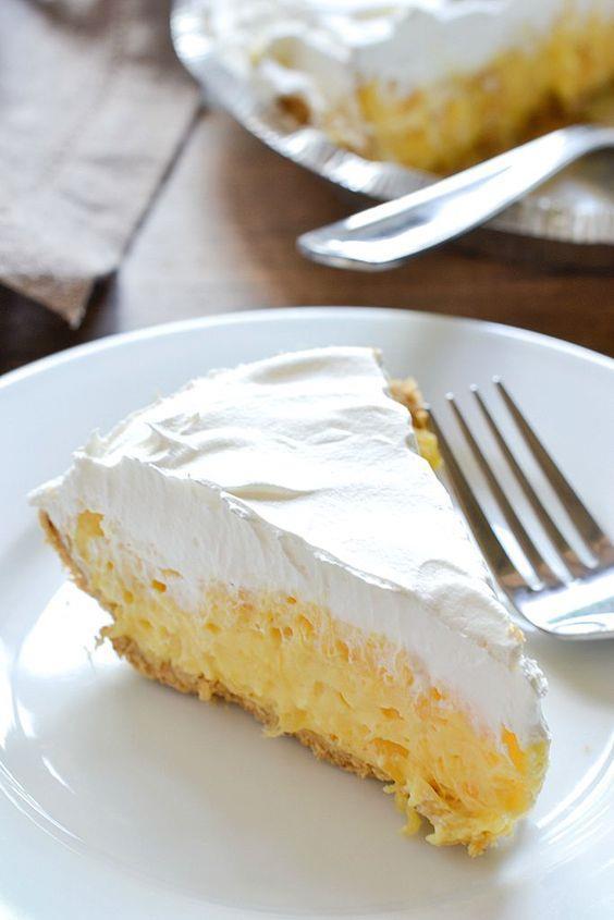 Ananaslı Turta  Malzeme Listesi  500-600 gr ezilmiş ananas (suyunu süzmeyin) 1 fincan ekşi krema 2 paket vanilyalı hazır puding karışımı 1 adet hazır kek 1 paket krem şanti  (1 Kişilik - 5 dakika)