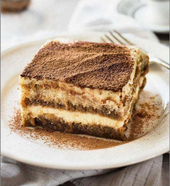 Yalancı Tiramisu  Tiramisu lezzetine sahip bu tatlının iyi yanı pişirmek ve bekletmek gerekmemesi.  Malzeme Listesi  225 tutam oda sıcaklığında krem peynir 3/4 fincan pudra şekeri 1 çay kaşığı espresso tozu 1 yemek kaşığı kahve likörü 2 yemek kaşığı mini damla çikolata 1 tutam kakao  (1 Kişilik - 5 dakika)