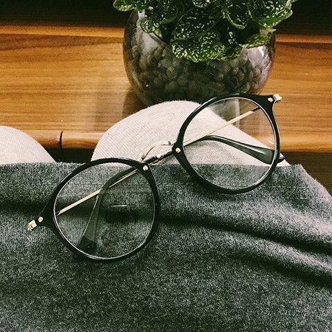 Gözlüğünüzün vidası çıkıyorsa vidayı takmadan önce, vidanın gireceği deliğe parlatıcı oje damlatın.