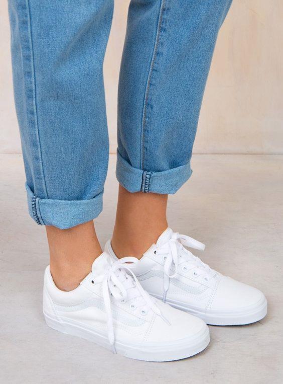 Beyaz ayakkabının temizliği zor demeyin. Ayakkabınızı bir yastık kılıfının içerisine koyun. Kılıfın ağzını kapayın ve çamaşır makinasında yıkayın.