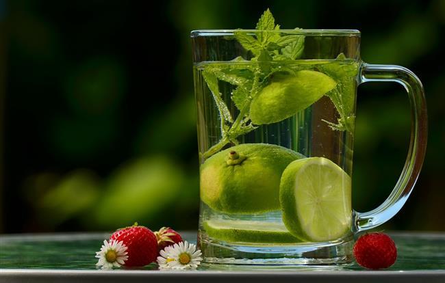 Ödem atıcı su  Günlük 2-2,5 litre su içmek ödem tutulmasını önlemek ve atımına yardımcı olmak için çok önemli. İçeceğiniz suyun içerisine çubuk tarçın, elma dilimleri, salatalık dilimleri veya taze nane yaprağı gibi besinleri eklemeniz de hem suyunuzun antioksidan kapasitesinin artmasına ve ödem atılmasına hem de tadının daha lezzetli olmasına yardımcı oluyor.