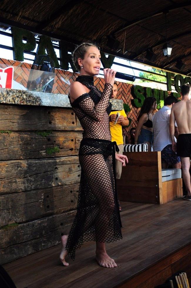 Serter bikini üstüne giydiği siyah file elbisesiyle de çok seksiydi. Bol bol poz veren sunucuya 40 derecenin altında yoğun ilgi vardı.