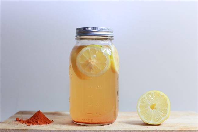 Limon Suyu ve tuz  Malzemeler Bir tutam tuz ve bir kaşık limon suyu.  Karışımı fırça yardımıyla tırnaklarınıza sürün 15-20 dakika bekletin. Bu uygulamayı haftada 2-3 kez yapabilirsiniz.