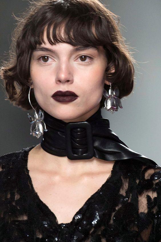 Gösterişli Choker (Tasma) Kolye Trendi:  90'lı yıllardan günümüze kadar gelen choker modası bu yaz yine çok moda.