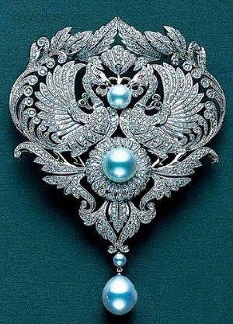 Mücevherli Broşlar:  Mücevherli broşlar bu yıl kıyafetlerinize şıklık katacak.