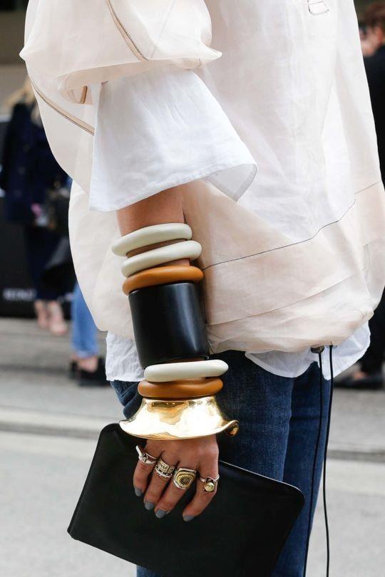 Kollarda Bileklik Şöleni:  Tek kolda toplayacağınız bileklikler size farklı bir hava katacak.