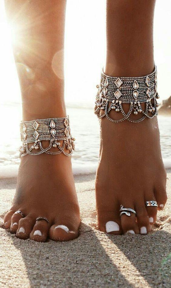 Halhal:  Bu yaz yalnızca kolye ve küpeler değil gösterişleri halhallar da çok moda.