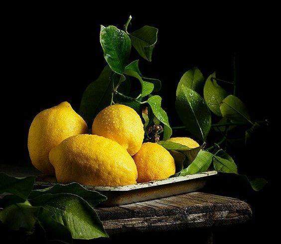 Limon  En popüler yöntemlerden birisidir. Bütün gün dışarıda gezmeyi planlıyorsanız sizin için mükemmel bir yöntemdir. Bir fincan limon suyuna yaklaşık dörtte biri kadar ılık su ekleyin ve karıştırın. İsterseniz karışımı bir sprey şişesine koyup saçınıza kolayca uygulayabilirsiniz. Limonun içindeki sitrik asit saç diplerinizi tahriş edebilir, bu yüzden sadece saç uçlarınıza uygulamanızı tavsiye ederim. Limon suyuyla saç açmanın en güzel yanıysa saçlarınızı kızıllaştırmadan istediğiniz tona ulaştırmasıdır.