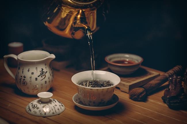 Siyah Çay  Gün içinde sıkça tükettiğimiz içeceklerden biri olan çay, aynı zamanda saçlarımız için doğal güzellik iksiri. Tanik asit bakımından zengin olan siyah çay, saç rengini açmaya yarıyor. 2-3 yemek kaşığı çayı demleyip saçınıza sürün, yarım saat bekledikten sonra durulayın. Düzenli uyguladığınız takdirde etkisini göreceksiniz.