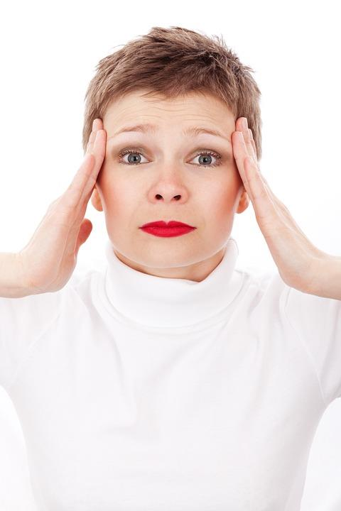 Ağır stresli durumlar  Ağır stresli durumlarda saç dökülmesine sıklıkla rastlanıyor. Stres vücudumuzda çeşitli stres hormonlarının salgılanmasına neden olarak iç dengenin bozulmasına ve bunun sonucunda birçok hastalığın ortaya çıkmasına  yol açıyor. Bu hastalıklar da saçları dökebiliyor.