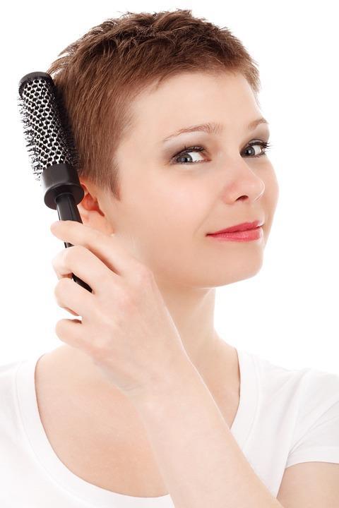 Kalıtsal saç kaybı (Androgenetik alopesi)  Kalıtsal saç kaybı en sık gözlenen saç dökülmesi tipini oluşturuyor. Bu dökülmede genetik yatkınlık ve androjen hormonlarının (erkeklerde) özellikle dihidrotestesteronun rol oynadığı belirtiliyor. Kalıtsal saç kaybında, erkeklerde, alındaki saç çizgisi geriye doğru çekiliyor ve saçlı deri tepe kısmından  açılıp, seyreliyor. Kadınlarda ise alın çizgisinde açılma olmadan saçlı deride, özellikle tepeden çevreye doğru saçlarda incelme ve seyrelme görülüyor. Tablet, sprey ve solüsyon şeklinde ilaçlar ile bazı destekleyici dermokozmetik ürünler kullanılarak saç dökülmesi süreci ertelenip, etkilenmeyen saçların kısmen korunması sağlanabiliyor. Saçların tamamen kaybolup kalıcı kelliğin oluştuğu durumlarda ise saç ekimi uygun kişiler için iyi bir tedavi yöntemini oluşturuyor.