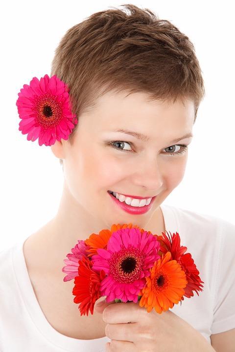 Hormonal değişimler  Saç dökülmesinin bir başka nedeni de, hormonal değişiklikler. Özellikle doğum sonrasında gözlenen saç dökülmeleri, hamilelik hormonunun yerini tekrar östrojen hormonuna bırakmasıyla gerçekleşiyor. Birkaç ay kadar yoğun saç dökülmesi olağan kabul ediliyor. Ancak uzun sürdüğü durumlarda dermatologlara danışmak gerekiyor. Ayrıca menopozla birlikte de saçlarda dökülme sorunu gelişebiliyor. Bir süre sonra saç dökülmesi dursa da saç yoğunluğu menopoz  öncesi yoğunluğuna tekrar ulaşamayabiliyor.