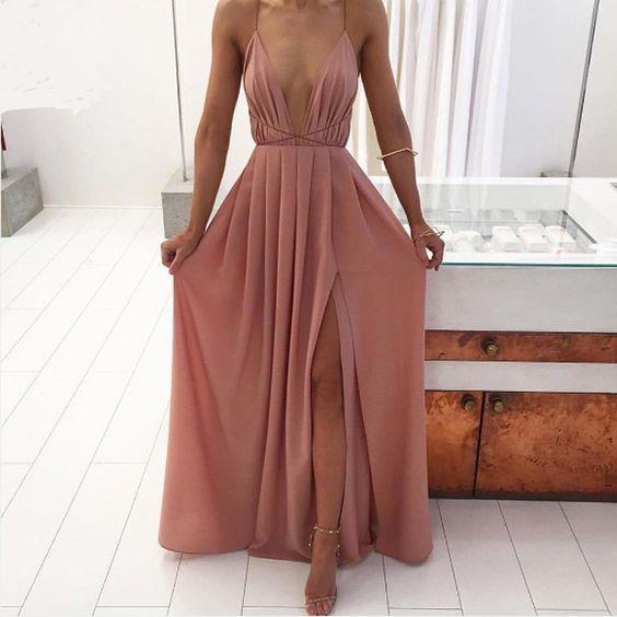 Maxi Elbiseler  Sezonun trendi olan maxi elbiseler düğün davetleri için oldukça şık bir tercih.