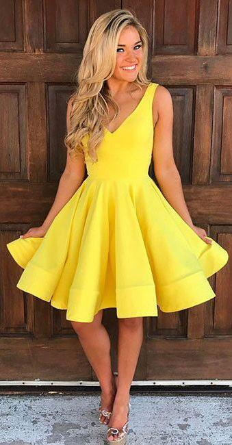 Sarı Elbiseler  Bu yılın trend rengi olan sarı düğün kıyafetlerinde de yerini aldı.