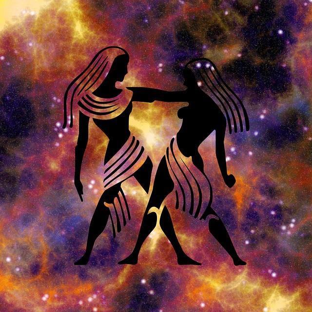 İkizler Burcu = Merkür  İkizler burcu Zodyak''ta üçüncü evde bulunur.  Yönetici gezegeni Merkür''dür.Kardeş ilişkileri, iletişim, öğrenim, kısa yolculukları, çevre ilişkilerini ve kısa süreli planları etkiler. Üçüncü evi tanımlayan şifre entellektüellik, yakın çevre ve kısa yolculuklar şeklindedir. Üçüncü evde bulunan gezegenler kişinin yakın çevresi ile ilişkilerini, düşünce ve davranışlarını, toplumda var olma mücadelesindeki zihinsel tavrını etkiler.