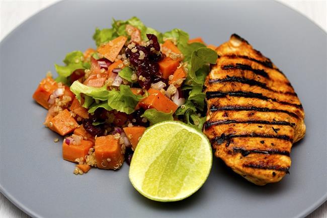 Öğle Yemeği  3 köfte kadar ızgara et- tavuk veya balık- (Izgara, haşlama veya fırında), Nane-tere-marul-maydanozdan oluşan yeşil salata(1 tatlı kaşığı zeytinyağı ile), 2 dilim tam buğday ekmeği  Ara Öğün   1adet meyveli yoğurt, 1 tatlı kaşığı keten tohumu