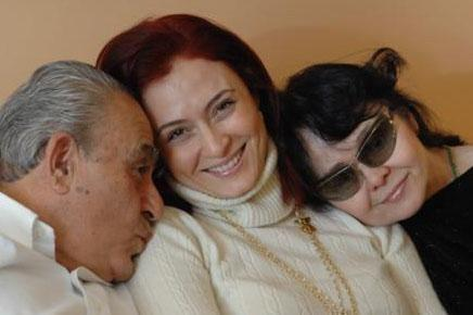 Ceyda Düvenci  Ceyda Düvenci'nin annesi Zümrüt Düvenci gözlerini kaybetmeden önce müzik öğretmeniydi.
