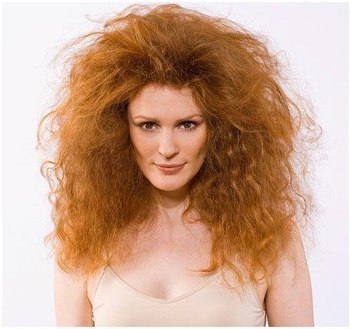 Pamuklu yastık kılıflarından vazgeçin  Pamuklu yastık kılıfları saçın nemini emer ve zarar verir. Yatarken saçına saracağın ipek bir eşarp saçlarına kötü davranmayacak ve nemlerini koruyacak.