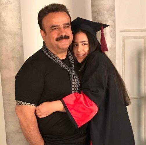 """Şarkıcı Bülent Serttaş'ın kızı Miray, sekizinci sınıfı bitirdi. Bülent Serttaş, Bilfen Koleji'nde okuyan kızının kepli fotoğrafını """"Rabbim bugünleri de gösterdi. Darısı bütün yavrularımızın başına inşallah"""" notuyla Instagram'da paylaştı."""
