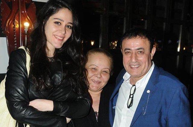 Mahmut Tuncer ve kızı Gizem Tuncer, geçen hafta bir mekandan çıkarken görüntülendi. Mahmut Tuncer kızı Gizem Tuncer'e albüm yapacağını söyledi.