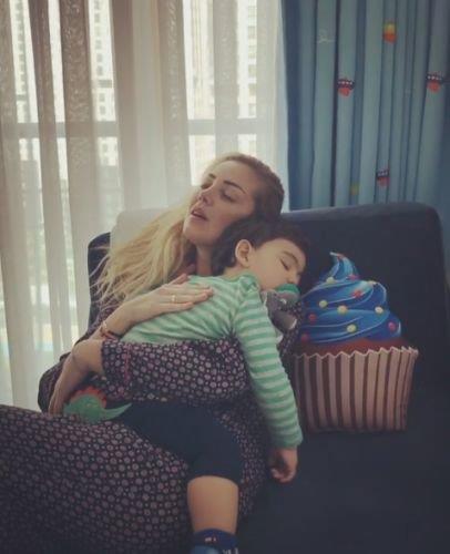 Petek Dinçöz ve oğlu İrfan Aslan Kodaloğlu  Petek Dinçöz ise oğlunun fotoğraflarını ve videolarını sosyal medya hesabından paylaşmayı çekinmeyenlerden.