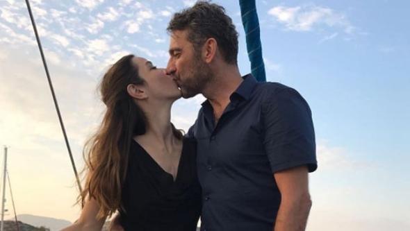 Zuhal Olcay sosyal medyada paylaştığı fotoğrafın altına şöyle yazdı: Teknede kız istediler, biz de verdik!  Müstakbel damat; Arnavutköy'deki balıkçı Mira'nın sahibi.