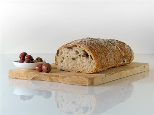 Ekmek  Ağzınıza bir parça ekmek alıp tutun. Böylece göz yakıcı enzimleri ekmek içinde toplayacaktır.