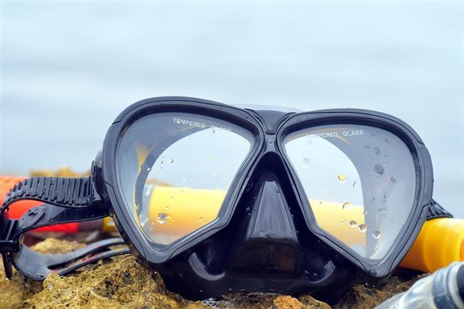 Deniz gözlüğü kullanın  Deniz gözlüğü taktığınızda gözünüzün hava ile teması kesileceği için soğan doğrarken gözleriniz yanmayacaktır.