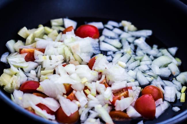 Suda doğrayın  Soğanları doğramadan önce bıçağı su ile yıkamanız gözlerinizin yanmamasına yardımcı olur.