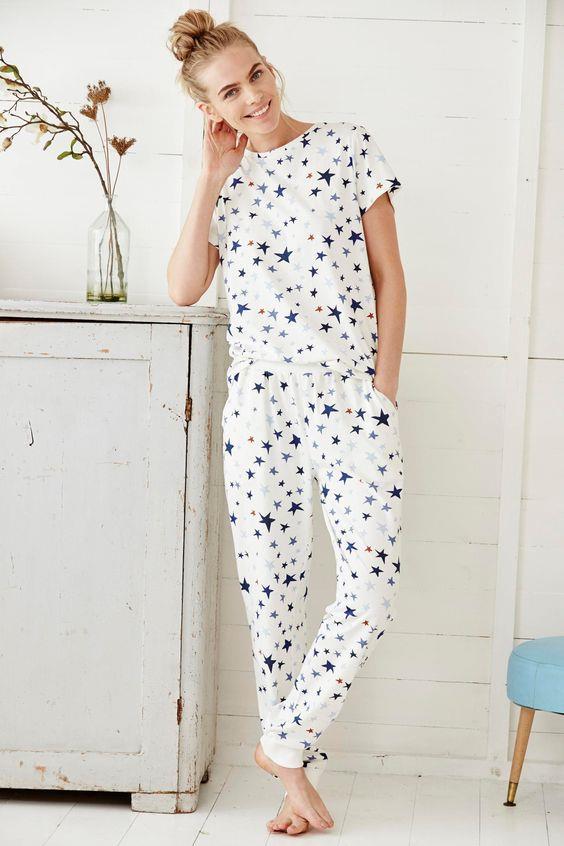 Koton Kullanımı  En sağlıklı kumaş olarak adlandırılan koton, ayrıca sıcak yaz geceleri sizi serin tutmaya da yarıyor. Saten ve ipek pijamalar kadar şık olmasa da koton cildinizin nefes almasını sağlayıp deliksiz bir uyku sunuyor.
