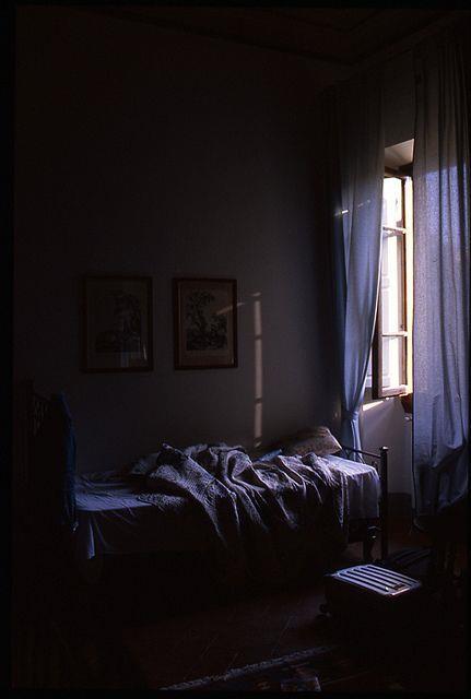 Kapalı Perde ve Pencereler  Pencereleri açmanın odayı serinleteceğine inansak da uyku danışmanı Dr Neil Stanley böyle düşünmüyor. Sıcak hava ve güneş ışığının odaya girmemesi için gün boyu perde ve pencerelerin kapalı kalmasını öneriyor, böylece gece uyurken odanız daha serin olacaktır. Güneş girmeyen eve doktor girer desek de, doktorun tavsiyesi bu yönde!