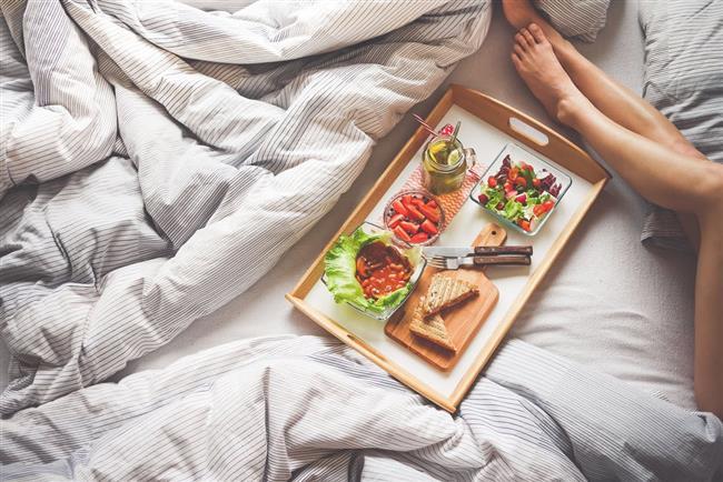 Hafif Öğünler  Yaz sıcaklarını daha da zorlaştıran bir şey varsa o da ağır yemekler, keza kaldı ki yazın insanın canı yemek bile yemek istemeyebiliyor. Eğer öğünlerinizi doğru seçerseniz yaz uykunuz da bir o kadar deliksiz ve hafif olacaktır. Sindirimi zor olan karbonhidrat dolu öğünler gece vücudunuzun iç ısısını yükseltecektir, bu yüzden salata, meyve veya hafif zeytinyağlı tabaklarla günü geçirin. Ayrıca uykudan en az 2 saat önce yemeye özen gösterin ki vücudunuz yediklerinizi sindirecek zaman bulsun ve uykudayken dinlenebilsin.