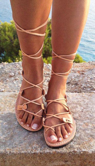 İpli Sandaletler  Yaz aylarında rahat gibi gözükse de ipli sandaletler terleme ve şişmeye bağlı olarak ayaklarınızı rahatsız edebilir.