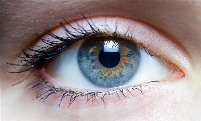 Güneş ışınları dış ortama açık her dokuda olduğu gibi göz ve göz çevresinde deri kanserlerine yol açabilir.   Güneş hassasiyeti fazla olan kişilerde gözlerin fazla kısılması kazayağı oluşumu gibi kozmetik problemleri de tetikleyebilir.   Yaz aylarında havaların ısınmasıyla birlikte artan klima kullanımı ortamdaki nemi azaltır ve özellikle bilgisayar başında çalışan kişilerde gözlerde yanma, batma ve kızarıklık olarak belirti veren göz kuruluğu şikayetlerine neden olabilir.   Yaz sıcaklarında serinlemek isteyenlerin havuz kullanımlarının artmasıyla, özellikle temiz veya uygun olmayan klorlama yapılan havuz sularından bulaşan enfeksiyonların riski artar.